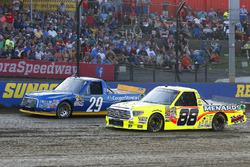 Chase Briscoe, Brad Keselowski Racing Ford nd Matt Crafton, ThorSport Racing Toyota green flag start