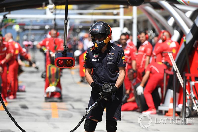 Red Bull Racing RB13 pistola de rueda y mecánico