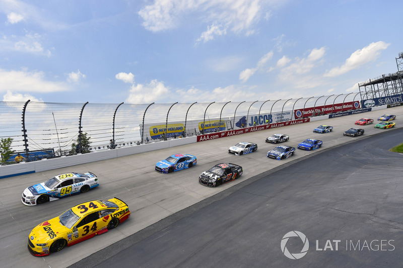 Landon Cassill, Front Row Motorsports, Ford; Michael McDowell, Leavine Family Racing, Chevrolet