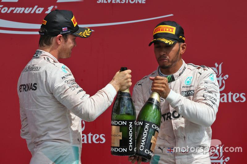 Il podio (da sx a dx): Nico Rosberg, Mercedes AMG F1 festeggia il suo secondo posto con il compagno di squadra e vincitore Lewis Hamilton, Mercedes AMG F1