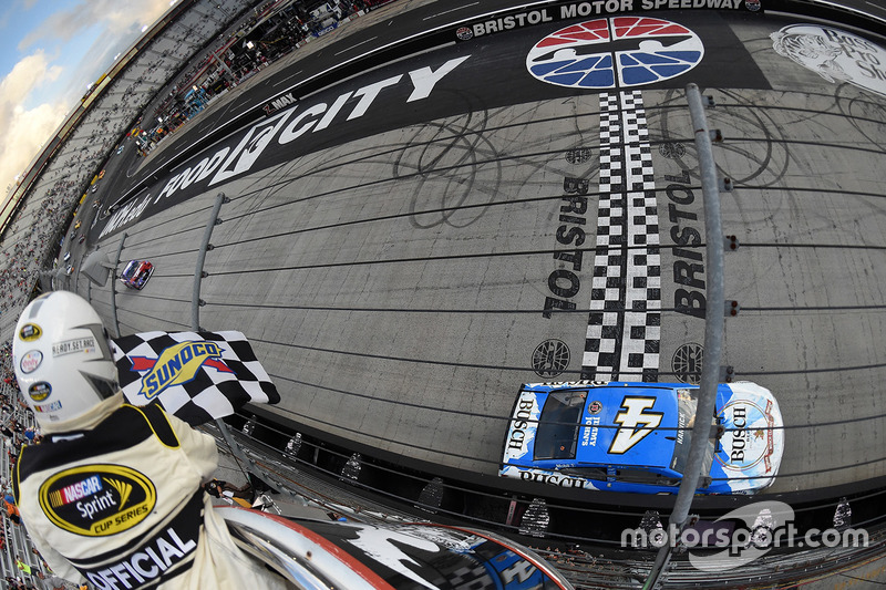 Kevin Harvick, Stewart-Haas Racing Chevrolet conquista la vittoria
