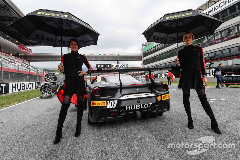 Grid girls with #107 Scuderia Corsa - Ferrari Silicon Valley Ferrari 488: Martin Fuentes