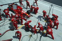Arrêt au stand pour Eddie Irvine, Ferrari F399