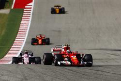 Кими Райкконен, Ferrari SF70H, Эстебан Окон, Sahara Force India F1 VJM10, и Фернандо Алонсо, McLaren MCL32