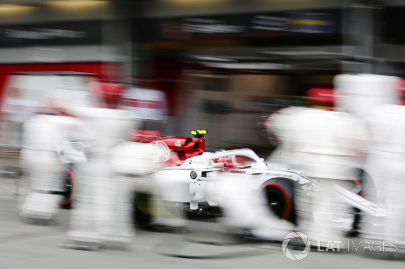 Charles Leclerc, Sauber C37 Ferrari, pit stop