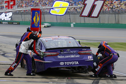 Denny Hamlin, Joe Gibbs Racing, Toyota Camry FedEx Office pit stop