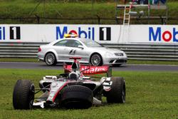 Kimi Raikkonen, McLaren Mercedes MP4/21 retirado de la carrera