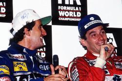 Campeón del mundo Alain Prost, Williams, y el ganador de la carrera Ayrton Senna, McLaren, en la conferencia de prensa
