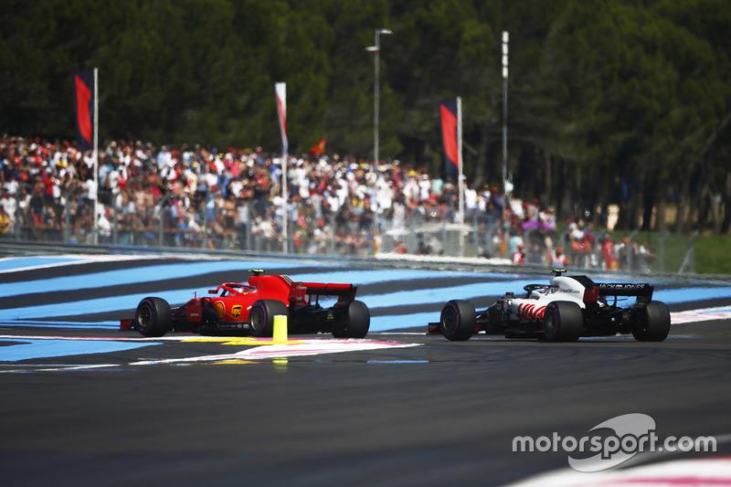 Kimi Raikkonen, Ferrari SF71H, passe Kevin Magnussen, Haas F1 Team VF-18