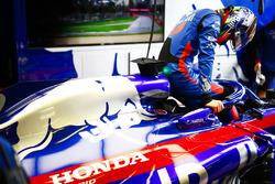 Brendon Hartley, Toro Rosso, settles into his car
