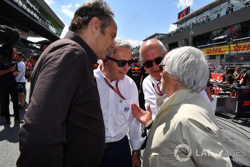 Gerhard Berger, Derek Warwick, Burkhard Hummell, WWP Agency e Bernie Ecclestone, in griglia