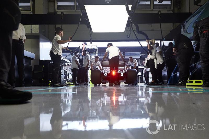 Ingenieros de Mercedes devuelven el Mercedes AMG F1 W09 al box