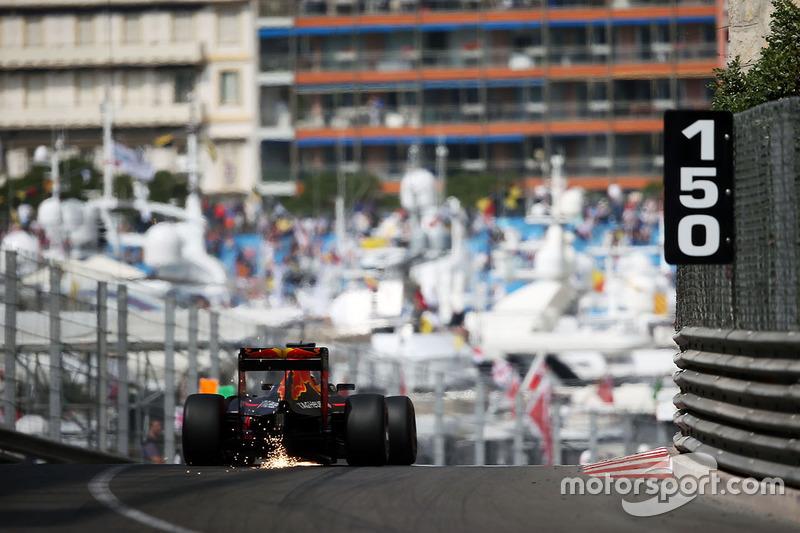 Daniel Ricciardo, Red Bull Racing RB12 sacando chispas