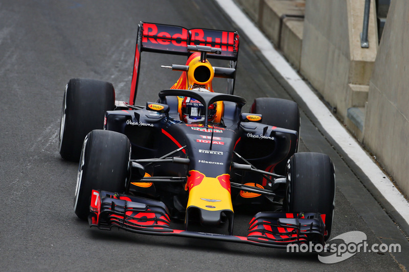 Pierre Gasly, Red Bull Racing RB12 Test Driver, in pista con il dispositivo Halo