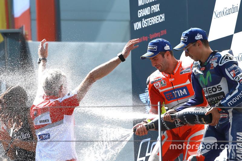 Il vincitore della gara Andrea Iannone, Ducati Team, il terzo classificato Jorge Lorenzo, Yamaha Fac