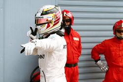 Lewis Hamilton, Mercedes AMG F1 feiert seine Pole Position im Parc Ferme