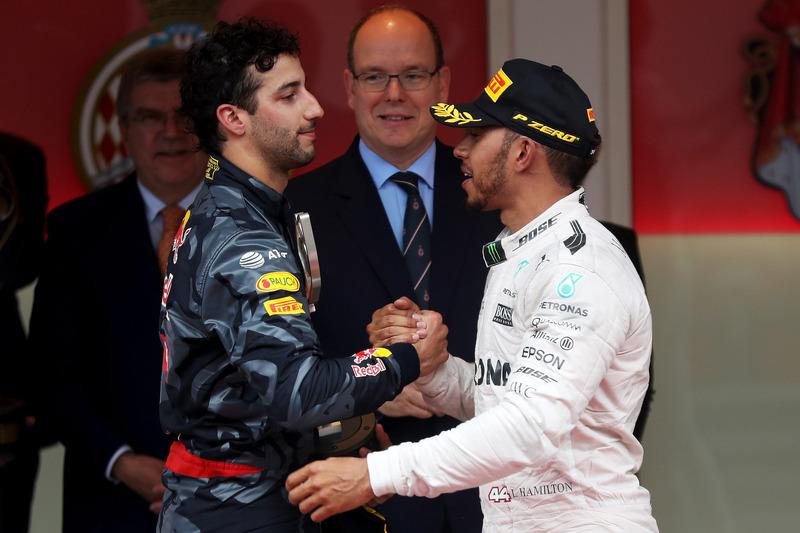 Daniel Ricciardo, Red Bull Racing gratuliert Lewis Hamilton, Mercedes AMG F1