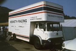El camión del equipo Hesketh Racing en el paddock