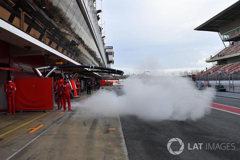 Sebastian Vettel, Ferrari SF71H saliendo del garaje