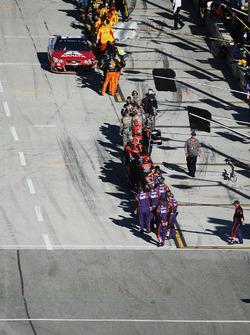 Участники NASCAR приветствуют Дейла Эрнхардта-мл., Hendrick Motorsports Chevrolet