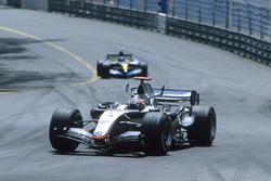 Kimi Raikkonen, McLaren MP4-20, precede Fernando Alonso, Renault R25