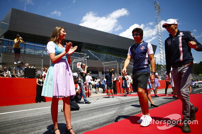 Lance Stroll, Williams Racing, y Esteban Ocon, Force India, antes del desfile de pilotos