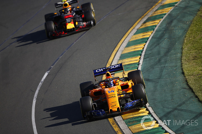 Fernando Alonso, McLaren MCL33 Renault, Max Verstappen, Red Bull Racing RB14 Tag Heuer