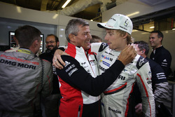 Brendon Hartley, Porsche Team, Fritz Enzinger, head of Porsche Team celebrate