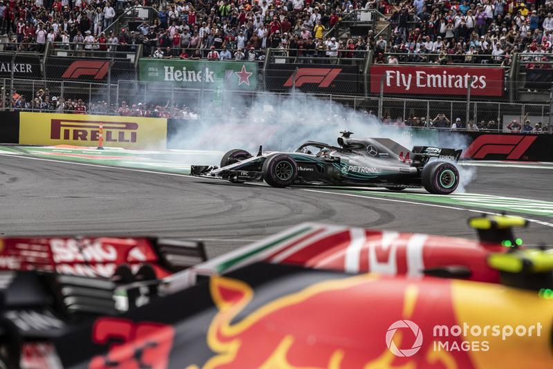 2018 F1 Dünya Şampiyonu Lewis Hamilton, Mercedes-AMG F1 W09 EQ Power+ donut yapıyor