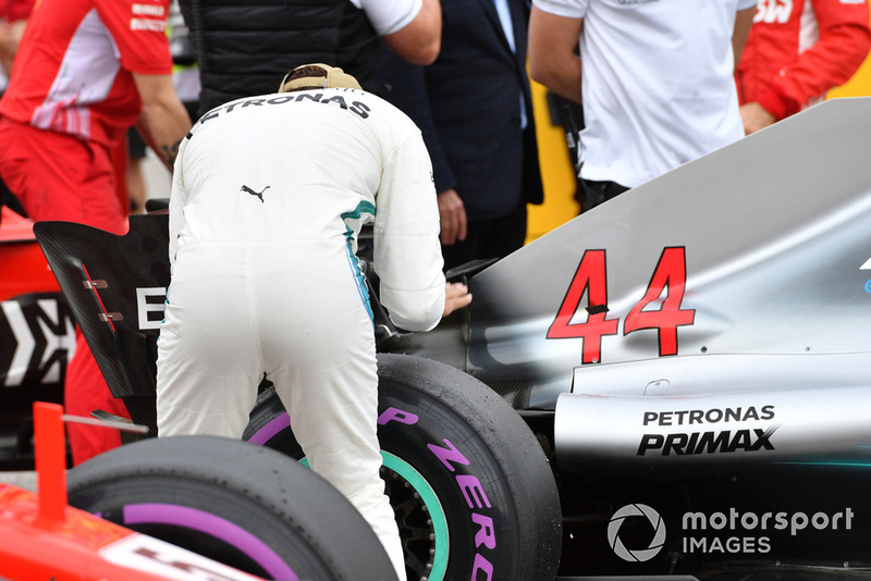 Il poleman Lewis Hamilton, Mercedes-AMG F1 W09 festeggia nel parco chiuso