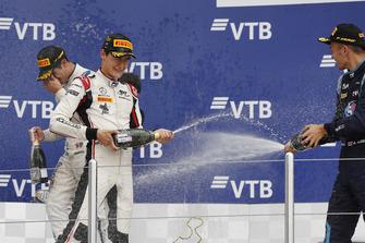 Podio: il vincitore della gara George Russell, ART Grand Prix, il secondo classificato Sergio Sette Camara, Carlin, il terzo classificato Alexander Albon, DAMS