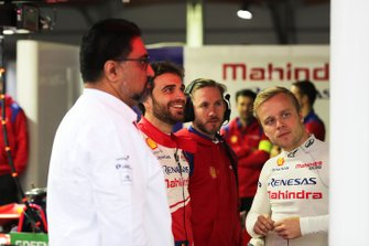 Dilbagh Gill, Team Principal, Mahindra Racing, Jérôme d'Ambrosio, Mahindra Racing, Nick Heidfeld, Felix Rosenqvist Mahindra Racing, dans le garage