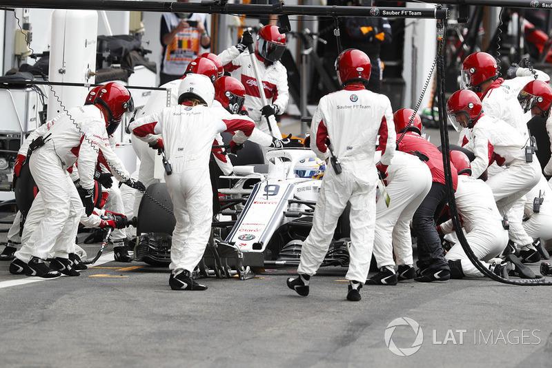 Marcus Ericsson, Sauber C37, makes a pit stop