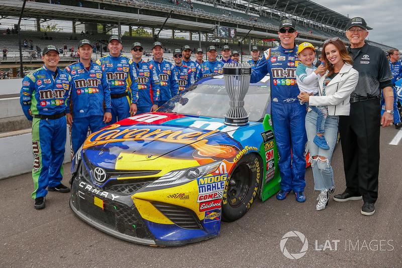 Kyle Busch, Joe Gibbs Racing, Toyota Camry M&M's Caramel, juara Regular Season