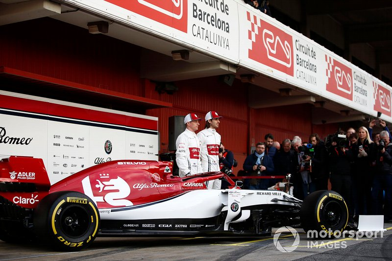 Kimi Raikkonen, Alfa Romeo Racing e Antonio Giovinazzi, Alfa Romeo Racing con la nuova Alfa Romeo Racing C38