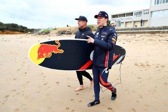 Pierre Gasly, Red Bull Racing, si prepara per fare surf con la leggenda del surf Mick Fanning