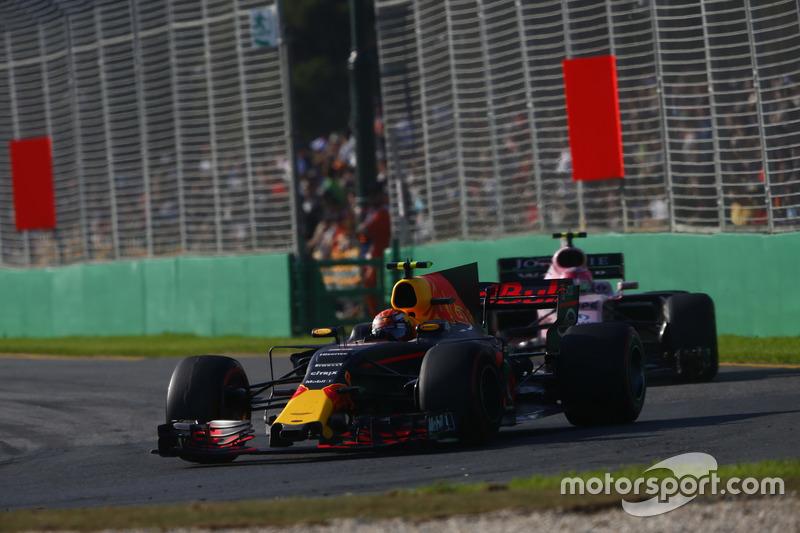 Max Verstappen, Red Bull Racing RB13; Esteban Ocon, Force India VJM10