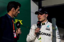 Valtteri Bottas, Mercedes AMG, entrevistado por Mark Webber en el podium
