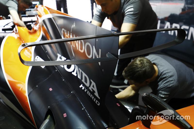 Інженери Honda працюють із McLaren MCL32 Фернандо Алонсо