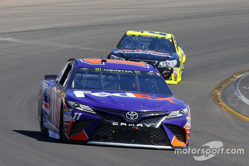Denny Hamlin, Joe Gibbs Racing Toyota y Paul Menard, Richard Childress Racing Chevrolet