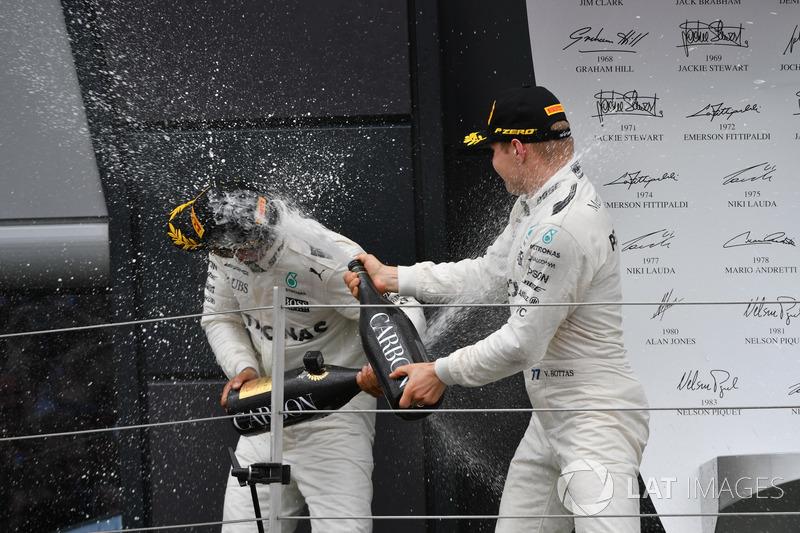 Ganador de la carrera Lewis Hamilton, Mercedes AMG F1 y Valtteri Bottas, Mercedes AMG F1 celebran en