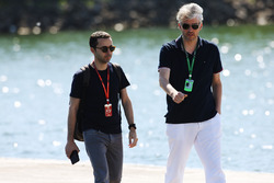 Nicolas Todt acompaña a un invitado en el circuito