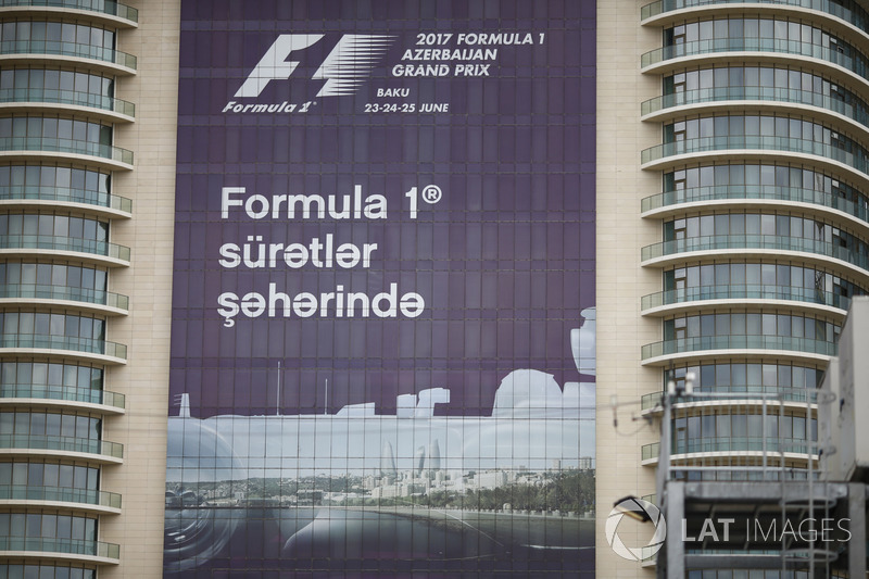 Un banner de publicidad del Grand Prix se muestra en un bloque de la torre