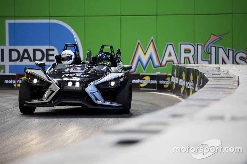 Felipe Massa maneja el Polaris Slingshot SLR