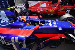 Carlos Sainz Jr., Scuderia Toro Rosso STR12 et le poleman Kimi Raikkonen, Ferrari SF70-H dans le Parc Fermé