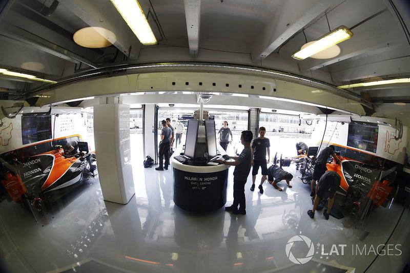 Інженери McLaren у гаражі