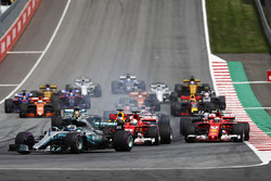 Valtteri Bottas, Mercedes AMG F1 W08, Sebastian Vettel, Ferrari SF70H, Daniel Ricciardo, Red Bull Racing RB13, Kimi Raikkonen, Ferrari SF70H, Daniel Ricciardo, Red Bull Racing RB13, Romain Grosjean, Haas F1 Team VF-17 and Lewis Hamilton, Mercedes AMG F1 W08. at the start