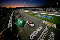 Мэтт Кенсет, Joe Gibbs Racing Toyota лидирует на старте гонки в Ричмонде