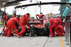 Kimi Raikkonen, Ferrari SF70H s'arrête au stand