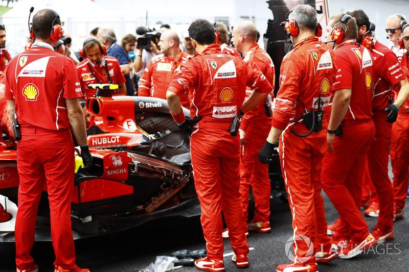 The Ferrari team gather around the car of Kimi Raikkonen, Ferrari SF70H, as it develops Turbo problems prior to the start